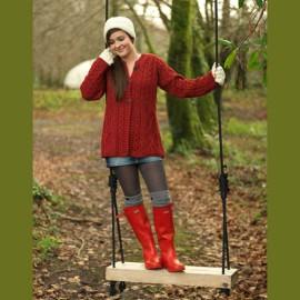 Rote Gummistiefel und Aran-Sweater für Herbsttage
